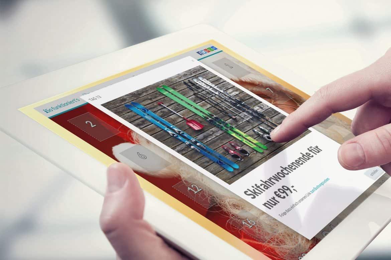 Adventskalender_Türcheninhalt_Tablet_weiß_seitlich_Präsentation